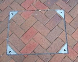 Manhole cover with block paving in recess