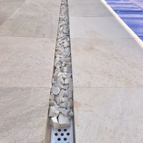 Discreet gravel drainage